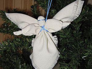 Предлагаю вам, уважаемые мастерицы, сделать вот такого ангела, который станет замечательным подарком (к какому случаю - уж сами решайте) или украшением для елки. Такого ангелочка можно повесить над кроваткой малыша, который с удовольствием будет разглядывать и щупать куклу. Для работы вам понадобятся: ткань (хорошо идут лен, тюль, органза, поплин - на ваш выбор, я использовала поплин), вяза…