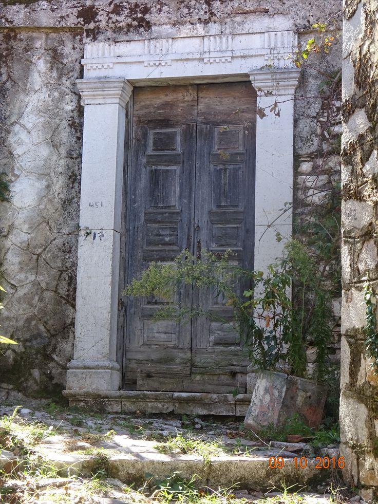 Παλιά εξώθυρα σε κάτω γειτονιά της Ανδρίτσαινας, φωτ: Έφη Χατζηνάσου