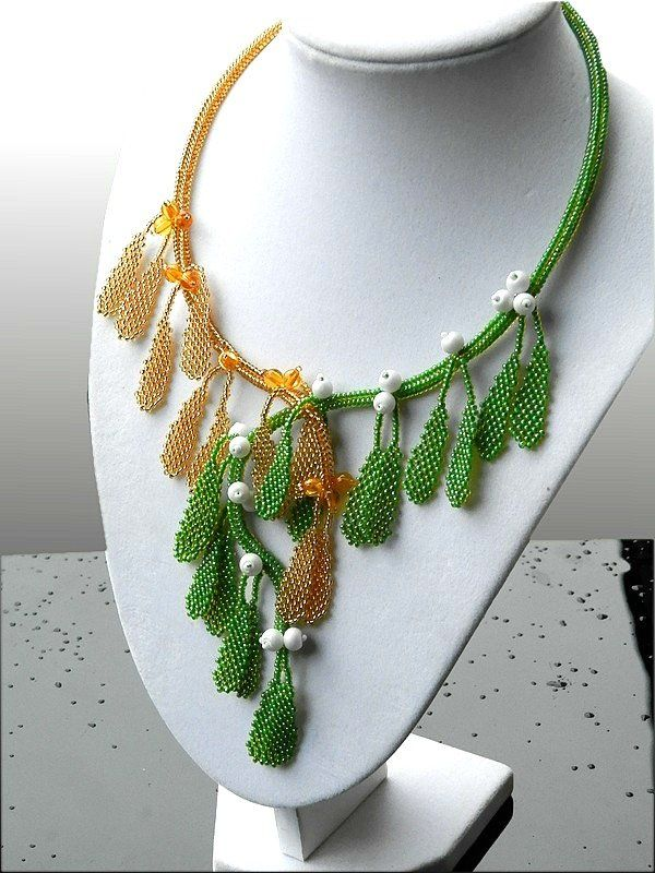 Jmelí - Autorský šperk  Náhrdelník je vyroben časově náročnou technikou šitého šperku. Je šitý z českého rokajlu preciosa ornela, voskových perliček a plastových korálků.Náhrdelník je šitý profi nití… | vavavu