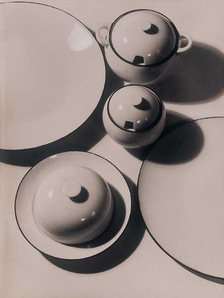 Ladislav Sutnar, Porcelánová souprava pro Krásnou jizbu, 1928-1932, reklamní fotografie Josef Sudek, Uměleckoprůmyslové museum v Praze.