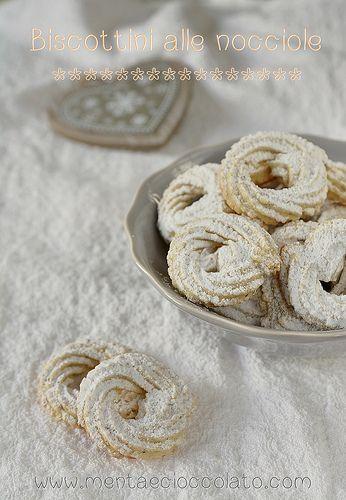 Biscotti alla Nocciola #Ingredienti (30 biscotti) 250 g di farina 00  50 g di farina di nocciole 150 g di Burro morbido 1 pizzico di sale 100 g di zucchero 1 uovo medio 1 bacca di vaniglia Zucchero a velo #ricetta #nocciole
