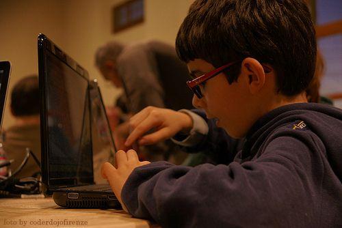 Giocare e divertirsi con il codice: CoderDojo, cos'è? ..I bambini imparano velocemente. Perché non insegnare loro il vero linguaggio degli strumenti digitali che ormai utilizziamo ogni giorno? Questo è l'obiettivo dei CoderDojo.