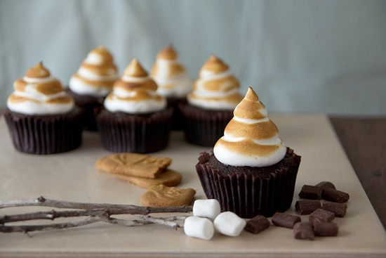 Biscoff S'mores Cupcakes Recipe. There's a double dose of Biscoff flavor hidden in these Biscoff #smores #cupcakes !!