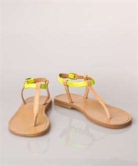 dunne benen  wel: fijne schoenen, lichtere kousen, broeken of rokken die recht zijn