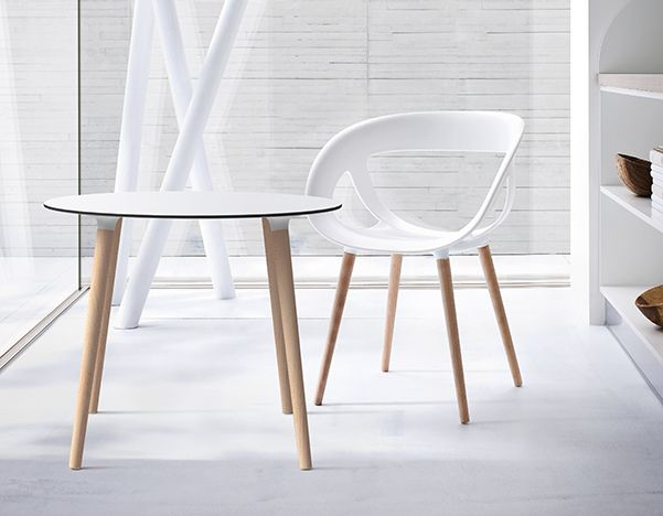 Moema is a chair composed by a techno polymer shell or leather covering, assembled with a chromed metal frame for the indoor location or with a painted frame for the outdoor places.