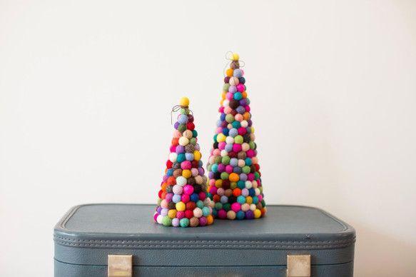 羊毛フェルトを使って作る、ほっこりかわいいフェルトボール。まんまるとした形、温もりのある素材感、手軽さが人気です。クリスマスの飾り付けにも、アクセサリー作りにも大活躍してくれます!作り方は意外と簡単なので、初心者でも安心して作れますよ。基本の作り方からアレンジ方法まで、その魅力をご紹介します!