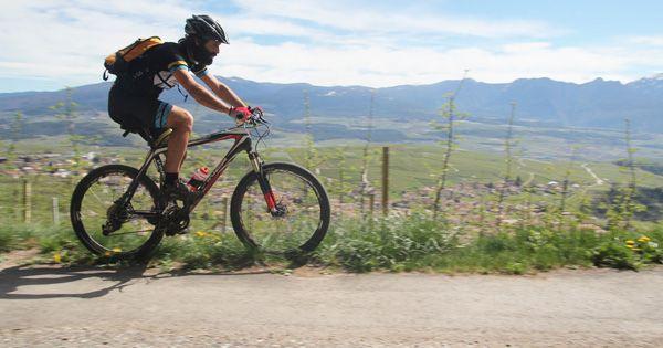 bicicletta su strada in montagna Andare in bicicletta in montagna è diventato uno degli sport più diffusi in Trentino. C'è chi percorre lunghe salite con la propria bici da corsa e chi si lancia in discesa sui sentieri. In entrambi i casi esistono delle norme stradali per ciclisti che vanno rispettate.