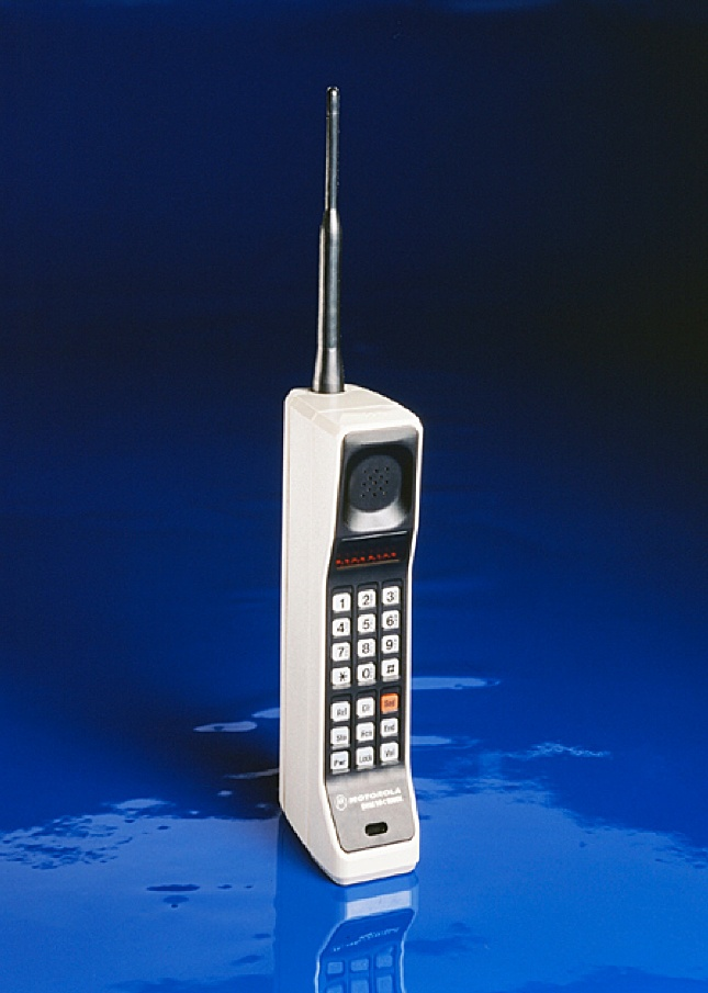 1983: The first commercially available mobile phone, the Motorola DynaTAC 8000X, was priced at $ 3,995!
