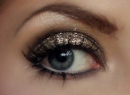 For the evening wedding events, sparkling eve shadow will be suitable.
