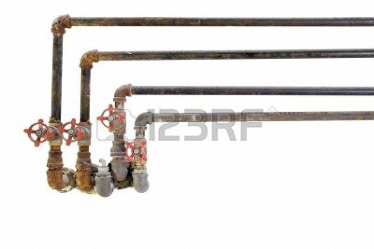 Old riscaldamento raffreddamento idraulici tubi dell'acqua con valvole su sfondo bianco photo