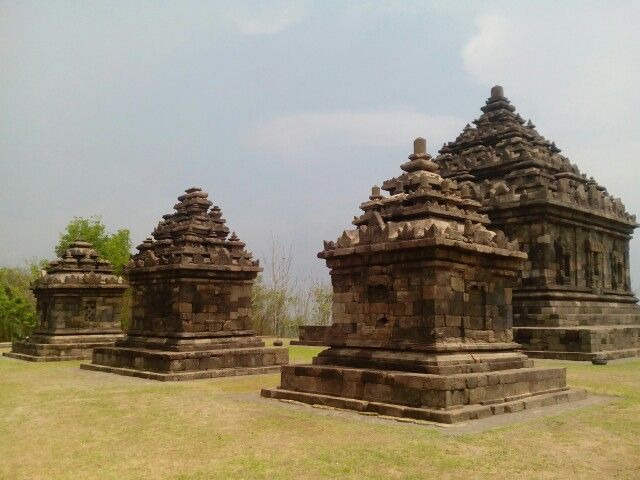The Highest Candi in Special Region of Yogyakarta. Located on the very top of the hill around Gunung Kidul, Candi Ijo definitely will be an enormous spot for sunset hunters!! #candi #indonesian #heritage