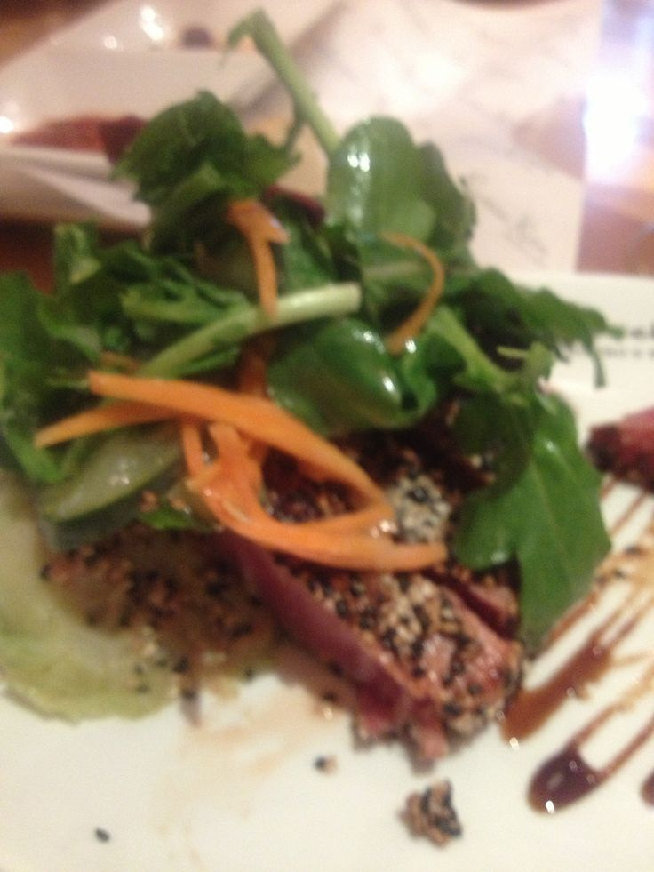 Atún sellado con costra de ajonjoli, arugula y salsa de anguila!!!