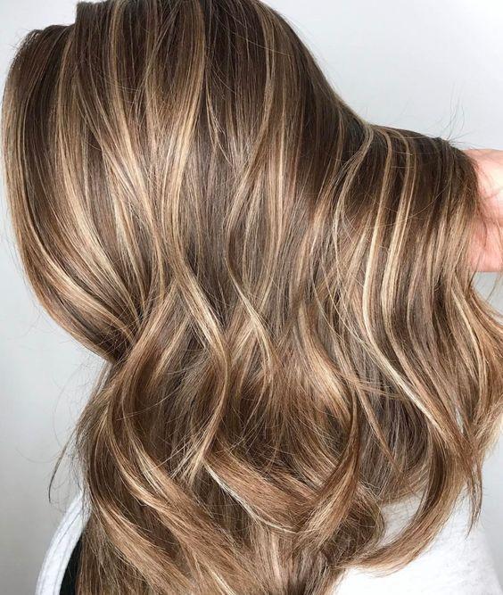 53 Schmeichelndes braunes Haar mit blonden Strähnen als