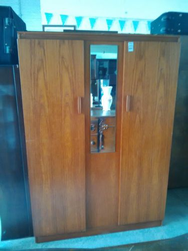 Large-Retro-Double-Wardrobe-With-Mirror-With-Plenty-Of-Storage-E599