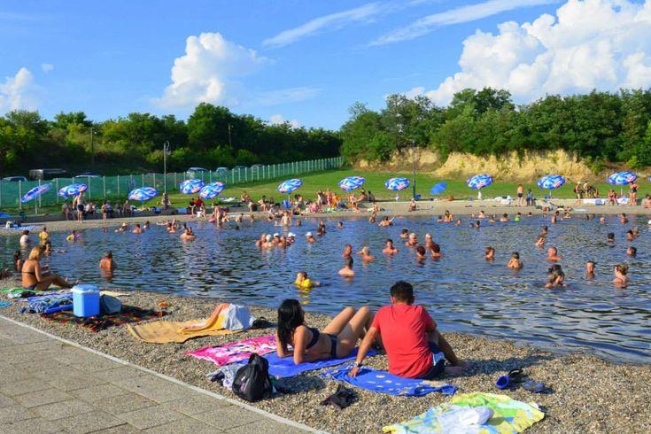 A múlt hónapban megnyílt tófürdő a határ közelében fekszik, a vize sokféle betegségre jó, ingyenes a parkolás, egy felnőtt jegy pedig kevesebb mint ezer forintba kerül.