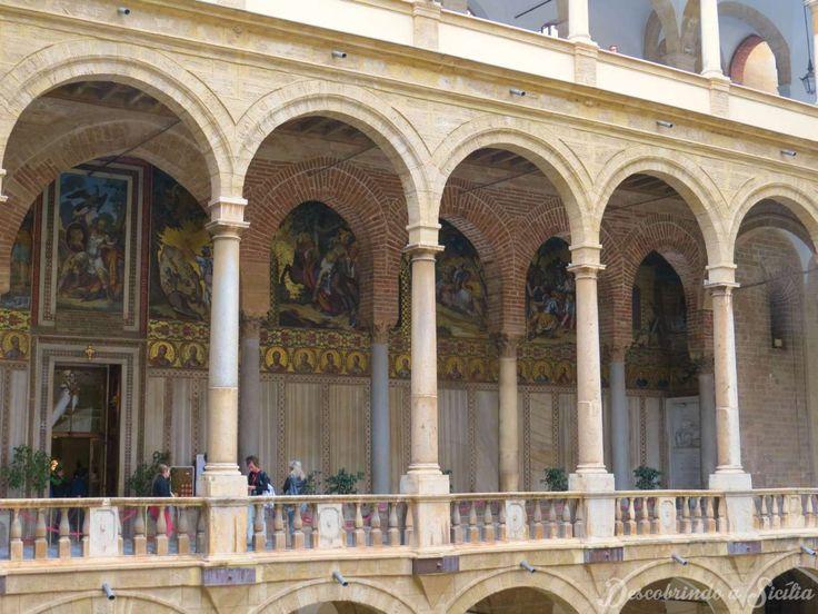 As colunas externas foram construídas no período do Renascimento Italiano, enquanto aquelas internas são de época medieval.
