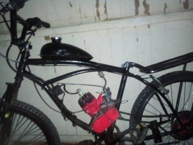 Vendo bicicleta motorizada está sem escapamento mais anda normal e o banco está adaptado pra o banco de mobilete não tenho o banco 48 cc.. apenas venda pra ir hoje 550,00