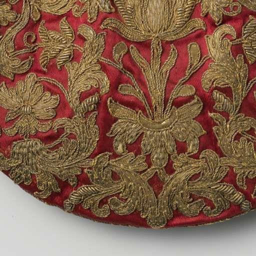 Halfronde, platte buidel van ceriserood satijn geborduurd met symmetrisch bloem- en bladmotief in gouddraad, met trekkoord en zijden kwasten, anonymous, c. 1600 - c. 1699 - Rijksmuseum