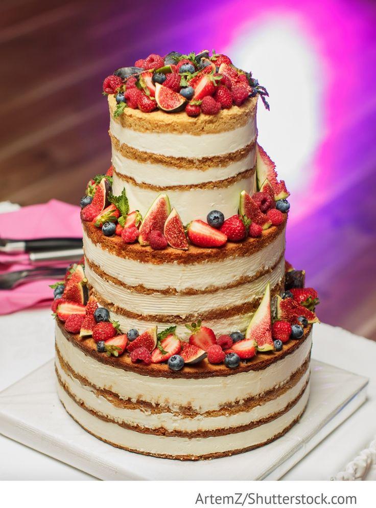 Cremige Hochzeitstorte mit Obst und Beeren 3-stöckig für russische Hochzeiten