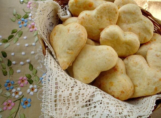 Eternos Prazeres: Biscoitos de Provolone Biscoitos de Provolone  Ingredientes: - 350g de farinha de trigo - 1 colher (sopa) de açúcar - 3/4 colher (chá) de sal - 2 e 1/2 colheres (chá) fermento em pó - 1 e 1/2 xícara de queijo provolone ralado fino - 100g de manteiga gelada, cortada em cubos - 1 ovo grande - 150ml de buttermilk* - 3 colheres (chá) de pimenta bem picada