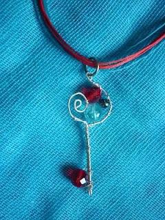 Χειροποίητο Μενταγιόν κλειδί από σύρμα και χάντρες σε αποχρώσεις κόκκινο-γαλάζιο