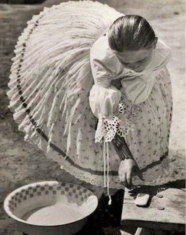 source : pinterest.com _ collection image photographie style vintage, jeune fille lavandière, jupe tutu, chemisier en dentelle blanche (collection image photography vintage style, girl washerwoman, baggy tutu skirt, white lace blouse )