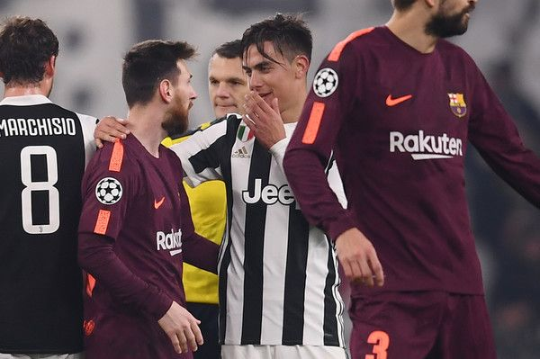 Juventus' forward from Argentina Paulo Dybala (C) speaks with Barcelona's Argentinian forward Lionel Messi at the end of the UEFA Champions League Group D football match Juventus Barcelona on November 22, 2017 at the Juventus stadium in Turin. .Barcelona advanced to the Champions League last 16 on Wednesday after clinching top spot in Group D following a 0-0 draw against Juventus in Turin. / AFP PHOTO / Marco BERTORELLO