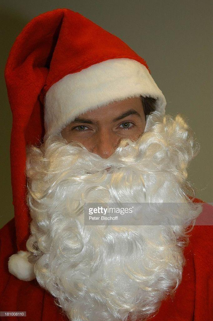 Pascal Breuer, als Weihnachtsmann verkleidet, , ;Weihnachten, Advent, Weihnachtszeit, Weihnacht, Nikolaus, Knecht Ruprecht, Verkleidung, Kostüm, verkleidet, kostümiert, Schauspieler, Promis, Prominente, Prominenter,