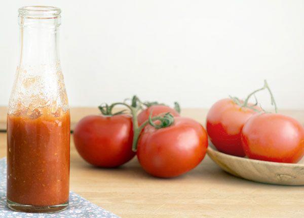 Det er nemt at lave sin helt egen ketchup af solmodne tomater og smagen er ganske uimodståelig - perfekt som ledsager til hotdog, fritter og hj.lavet burger