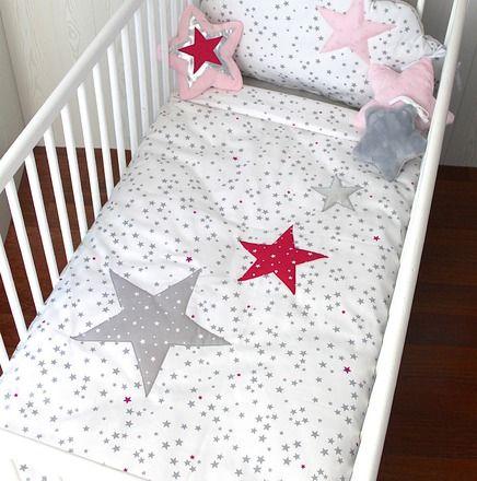 Pour compléter un ensemble, une housse de couette assortie avec un joli motif aux étoiles grises et roses.  Tissu piqué de coton motif petites étoiles grises et rose fuchsia  - 19407895