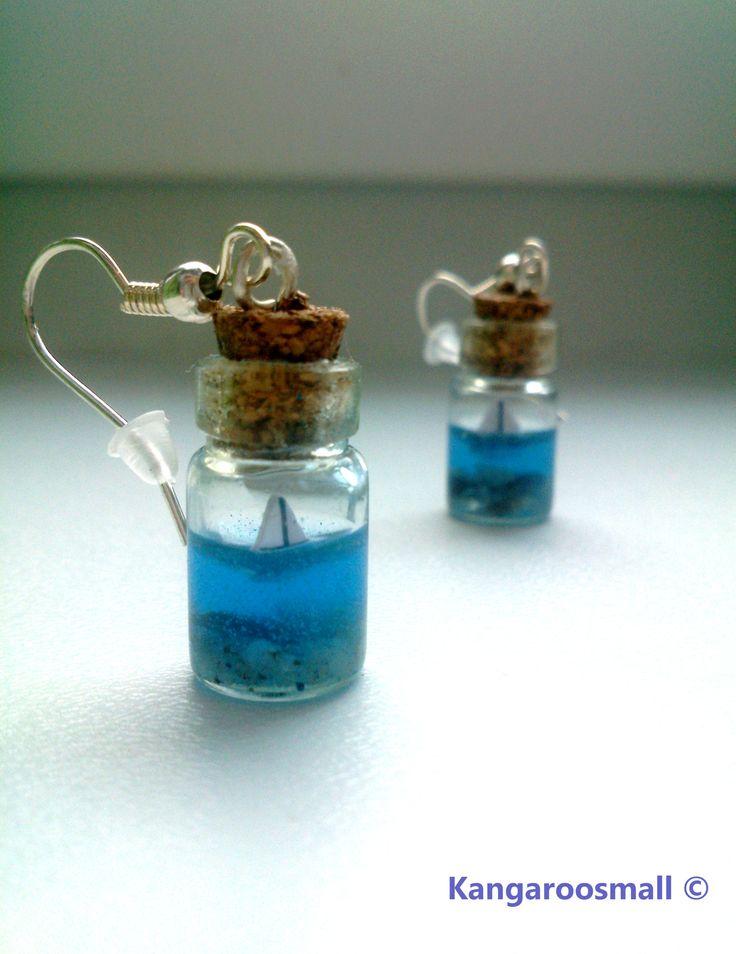 Volání dálek - mini lahvičky alias náušnice Nechte se unést lodí do těch nejvzdálenějších koutů světa... :) - jemné, originální a roztomilé náušnice v podobě malých lahviček s miniaturní lodičkou uvnitř hodicí se k jakémukoliv typu oblečení :) ( rovněž podtrhnou Vaši ženskost :)). Do malých lahviček je ručně vložena miniaturní lodička tak, aby ...