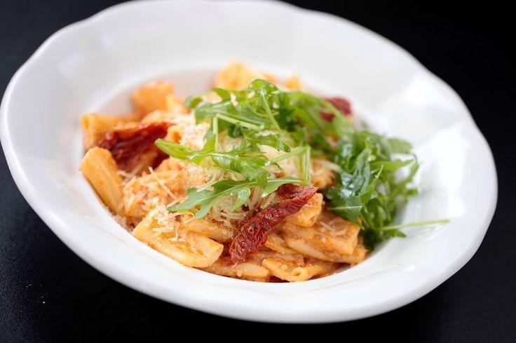 TĚSTOVINY PASTA FIDLI s pestem ze sušených tomatů, rukolou a parmezánem