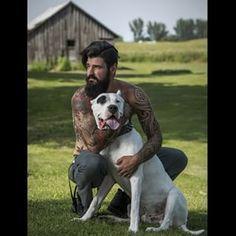 Tatuajes, barba, perrito (suspiro): | 25 Hombres guapos con barba y perrito que vas a querer tener en la sala de tu casa