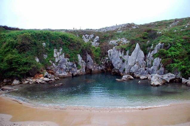 Idílica playa en Gulpiyuri - Asturias. Qué lugar tan romántico! Te gusta?