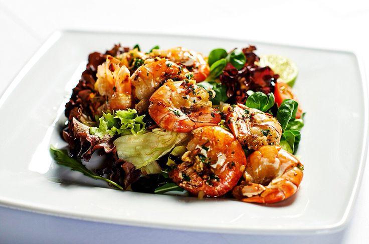 Grilované tygří krevety provoněné česnekem podávané na trhaných salátových listech. Delikatesa v Restauraci ORO. #pytloun #liberec #ororestaurant #delicious #shrimp #restaurant #timeforlunch #food