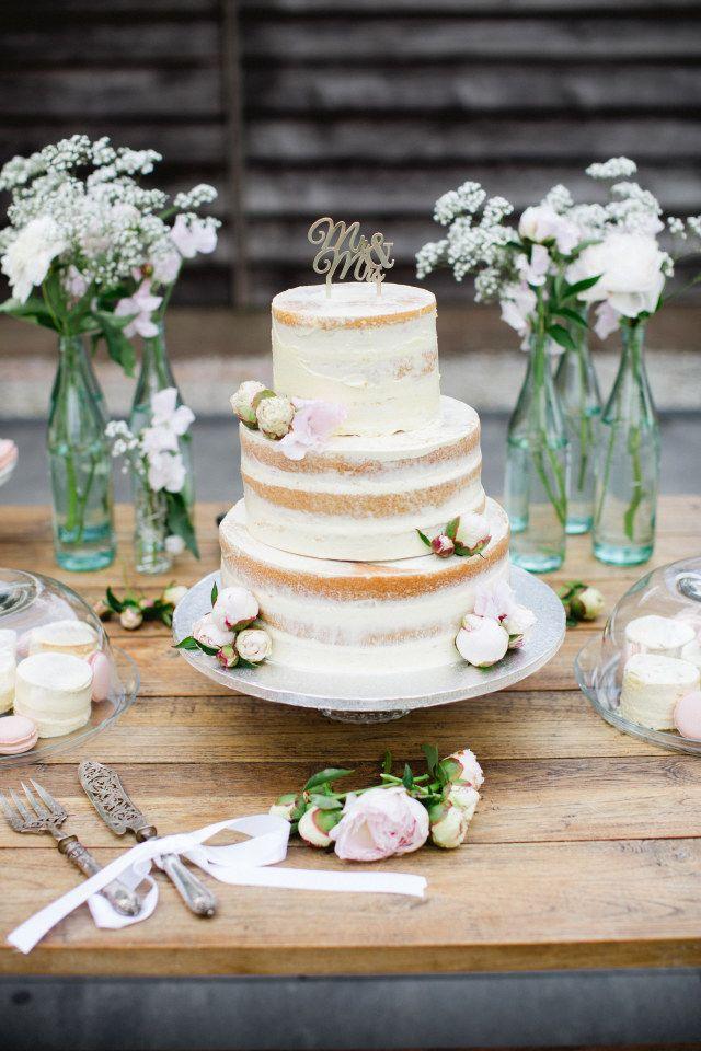 Credit: Susan Noelle - geen persoon, bloem (plant), tabel (meubels), huwelijk (ritueel), taart, traditioneel, hout, ornament, rustiek, eten, crème, stilleven, houten
