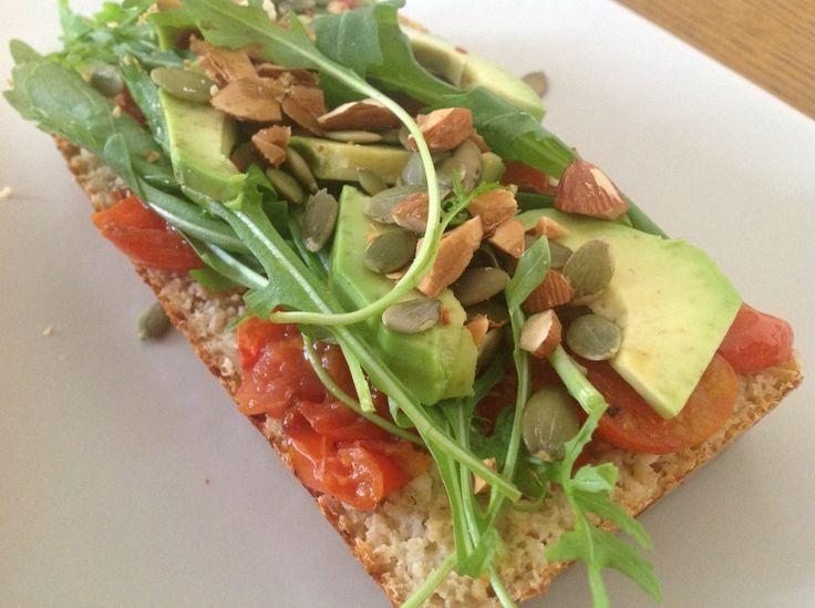 porządna kanapka ciabata z avocado