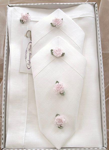 Większy prezent z białego lnu. Obrus z serwetkami i dekoracyjnymi różyczkami (różyczki są dopinane)