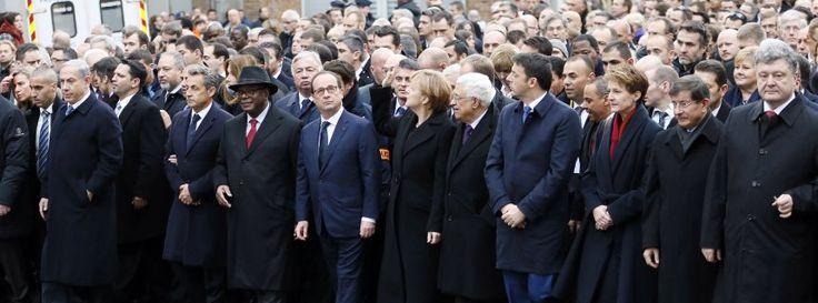 Trauermarsch in Paris! Christen, Juden, Muslime - vereint gegen den Terror! http://www.spiegel.de/politik/ausland/trauermarsch-in-paris-christen-juden-und-muslime-gegen-terror-a-1012418.html Eine Million Menschen! http://www.focus.de/politik/ausland/live-ticker-paris-attentaeter-coulibaly-veruebte-womoeglich-weiteren-anschlag_id_4396492.html Video: http://www.focus.de/politik/videos/marsch-in-paris-beeindruckende-bilder-hunderttausende-gedenken-der-attentatsopfer_id_4396786.html