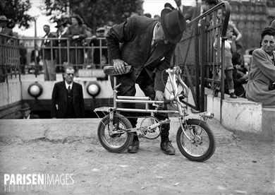 Bicyclette pliante. Paris, octobre 1945.