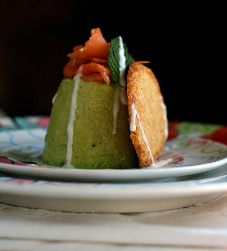 Panna cotta ai piselli e i loro bacelli con crackers al Parmigiano Reggiano, fondutina della sua crosta e salmone affumicato