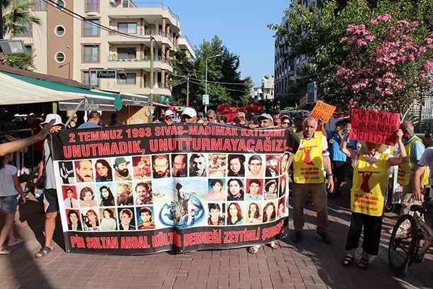 SİVAS OLAYLARININ 24. YILINDA YAŞAMINI YİTİRENLER EDREMİT'TE ANILDI Sivas Katliamı'nın 24'üncü yıldönümü nedeniyle Edremit'in Akçay Mahallesi'nde anma programı düzenlendi. Programa siyasi parti temsilcileri ve sivil toplum örgütlerinin yanı sıraEdremit Belediye Başkanı Kamil Saka da katıldı. 2 Temmuz 1993'te Sivas'ta Madımak Oteli'nin ateşe verilmesi sonucu yaşamını yitiren 35 kişi yapılan katliamın 24'üncü yıl dönümünde Edremit'te anıldı. Edremit'in Akçay kordon mevkiinde kortej yürüyüşüyle…