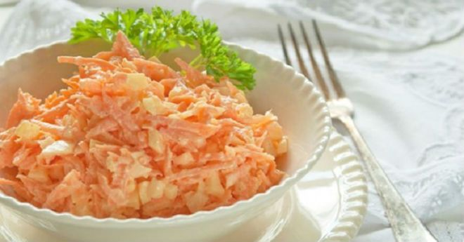 Салат из тертой моркови с яйцом