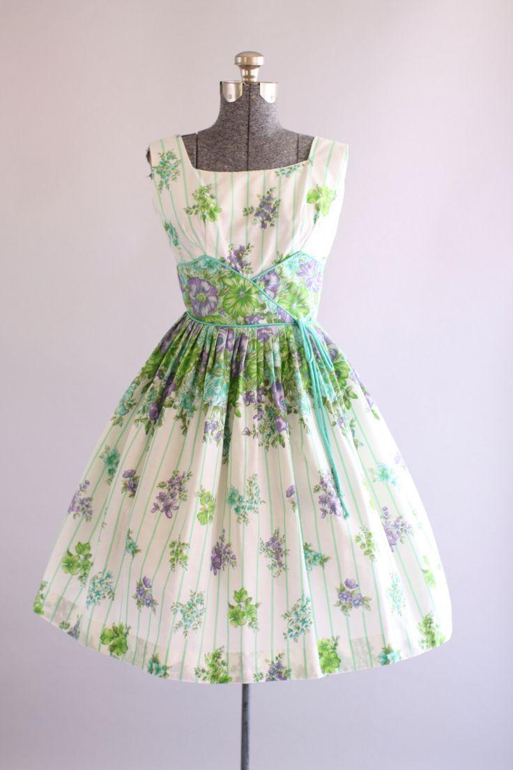 Deze jaren 1950 katoenen jurk beschikt over een prachtige bloemen- en gestreepte print in tinten van turquoise, groen en paars boven op een witte achtergrond. Gesmoord taille. Volledige geplooide rok. Metalen rits omhoog achterkant jurk. Zeer goede vintage staat. Let op: er is wel een klein beetje van verkleuring onder de armen, nauwelijks merkbaar. Petticoat gedragen onder rok voor toegevoegde volheid. Dit stuk is schoongemaakt en is klaar om te dragen!  Label n/b Katoen stof Geschatte…