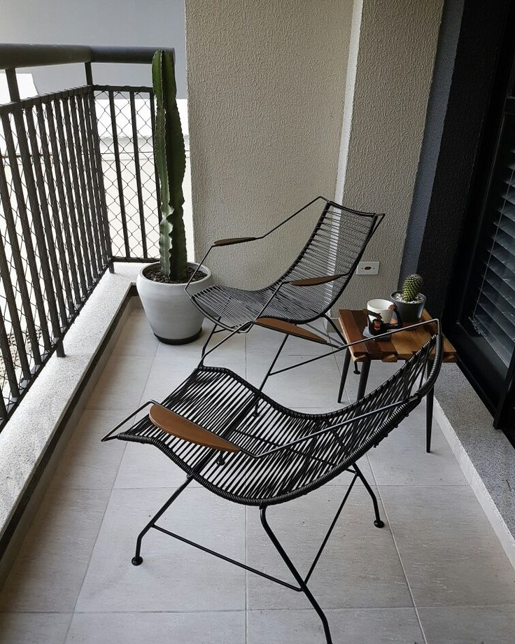 Varanda com cadeiras espaguete