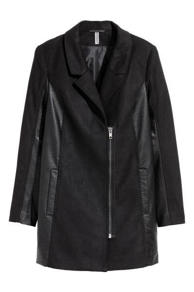 Cappotto corto in feltro con lana. Maniche e sezioni laterali in finta pelle. Colletto e revers, cerniera decentrata davanti. Tasche laterali a filetto. Fod