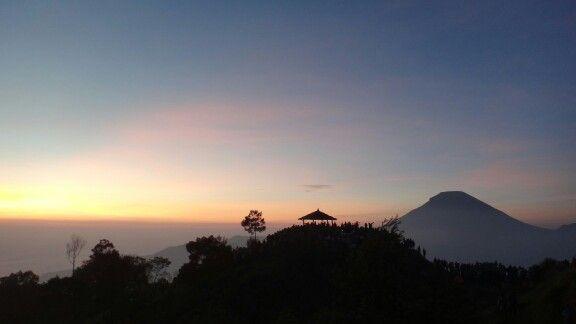 Menanti matahari terbit pagi itu, tidak seperti biasanya.