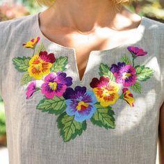 VENTA!!!!!! Ucraniano tradicional había bordado de vestido de las mujeres - Vyshyvanka. Talla M  Bordados textiles (puntada). Muy buena calidad.  ¡ NOTA! El estilo puede tener algunos cambios no significativos en comparación con el estilo de la costura en la foto. Si te interesa, te informo acerca de la disponibilidad y los cambios en el correo.  POR FAVOR, NO COLOQUE LA ORDEN SIN DISCUSIÓN PREVIA DE SU PEDIDO!!!!!! Muchas gracias.  Tengo muchos otros diseños de ucranianos vestidos y otras…