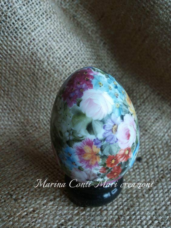 Uovo in porcellana dipinto a mano con fiorellini -Base porcellana nera -  cottura a terzo fuoco