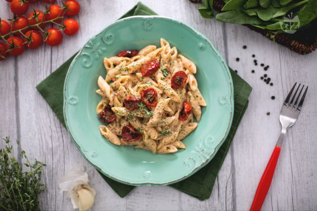 Le mezze penne rigate integrali al pesto di pomodori arrosto, ricotta e polvere di spinaci sono un primo sfizioso e colorato, dal sapore intenso!